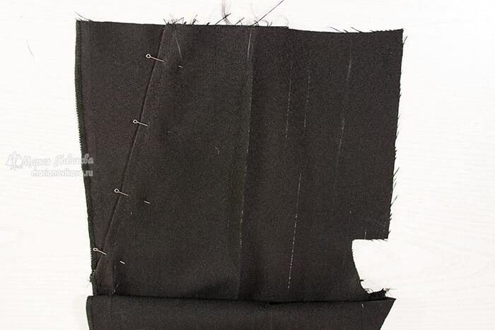 Зафиксировать подзор с мешковиной к входу в карман