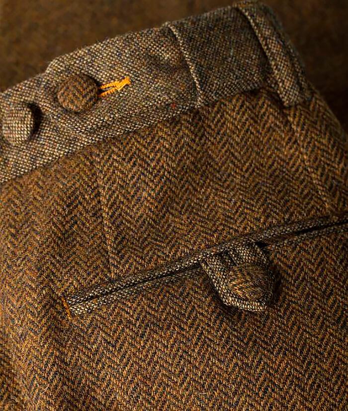 Классический карман на мужских брюках сзади