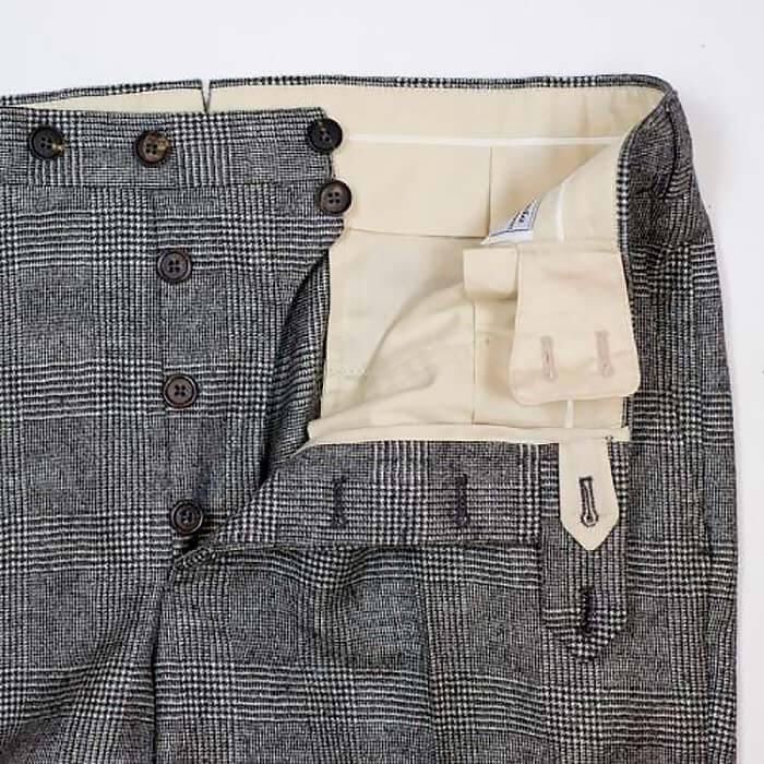 Застёжка на пуговицах в брюках