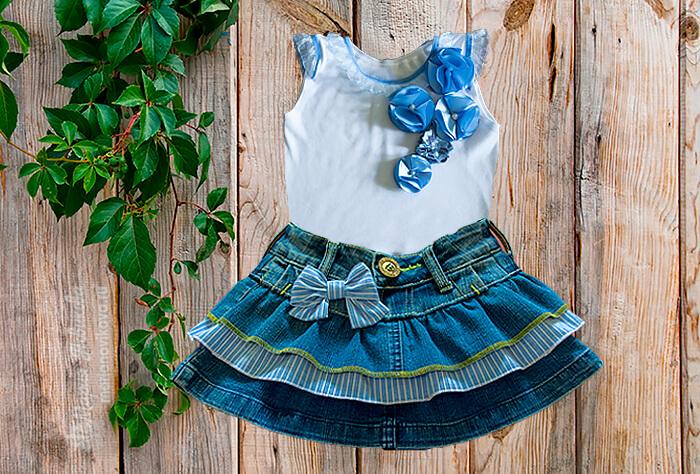 Топик с цветами и джинсовая юбка