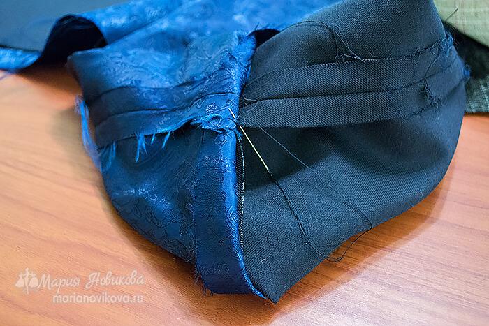 Скрепить внутренние швы пиджака между собой
