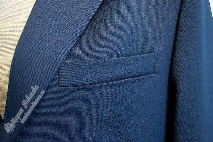 Нагрудный прорезной карман с листочкой на полочке
